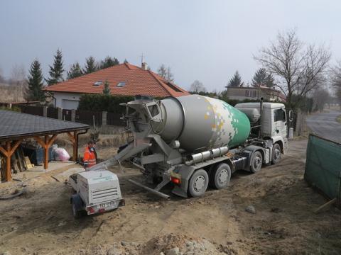 Doprava a čerpání litého cementového potěru CEMFLOW na stavbě rodinného domu