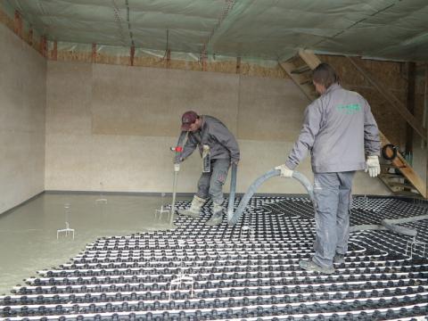 Aplikace litého cementového potěru CEMFLOW na stavbě rodinného domu