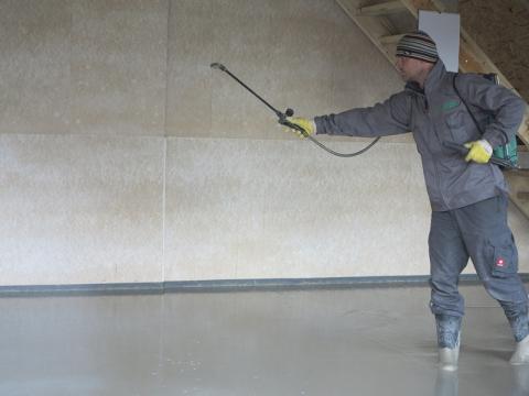 Ošetřování litého cementového potěru CEMFLOW po zpracování